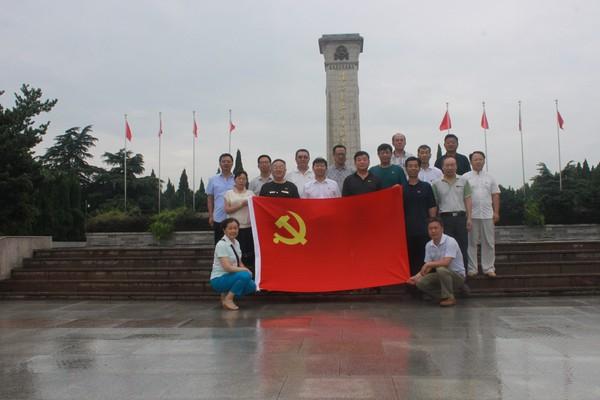 杜集区人大常委会党组组织机关 党员赴淮海战役双堆集烈士陵园接受 革命传统教育